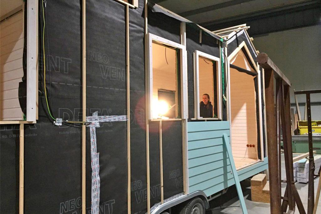 Kathi Wilmer freut sich über die guten Baufortschritte. Im Frühjahr will sie in hier Kleinst-Haus einziehen.
