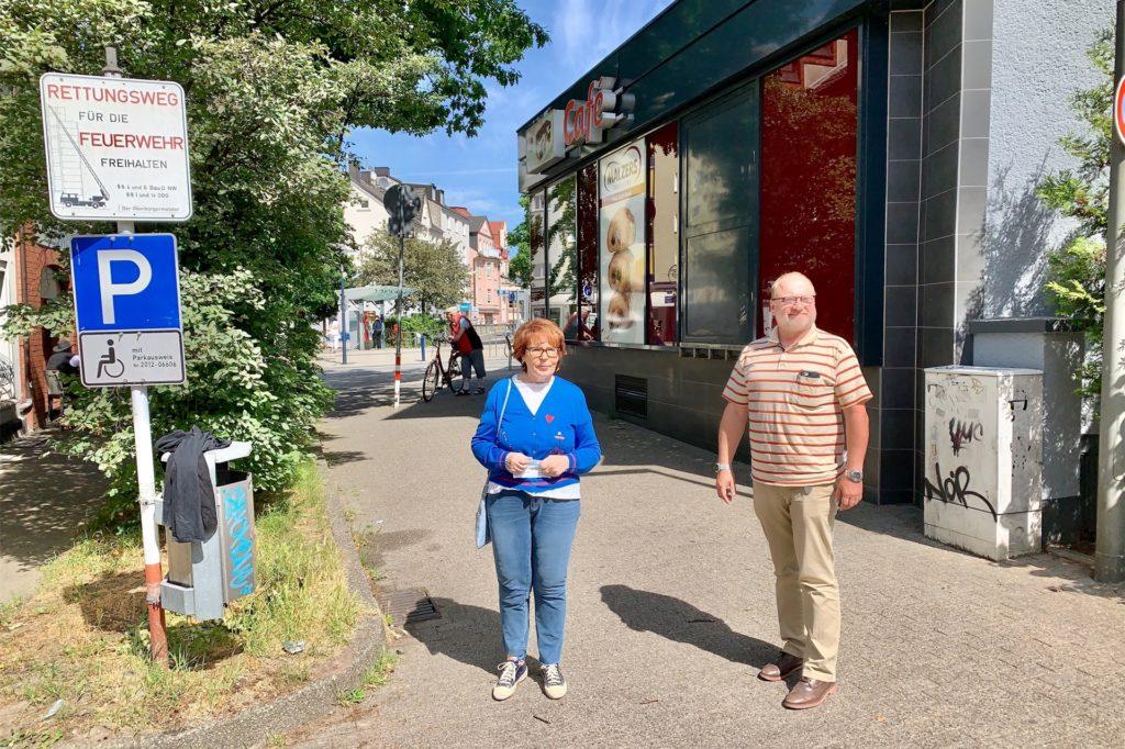 Ingeborg Milde und Dirk Mayer in einer der Gassen, die von der Köln-Berliner-Straßen in Richtung Kaufland führt.