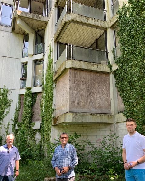 Die SPD Wulfen will, dass die Stadt die Schrottimmobilien in Barkenberg erwirbt: SPD-Fraktionsvorsitzender Friedhelm Fragemann, Jan Kolloczek und Swen Coralic haben vor dem Habiflex an der Jägerstraße Position bezogen.