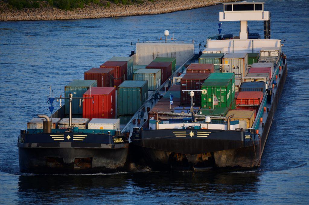 Die Camaro, ein Schiff auf dem Rhein, transportierte neben einigen Containern auch die Skids. Die wurden dann in Wesel auf ein Kanalschiff verladen. Unter den Containern gingen sie unter und waren kaum zu sehen.