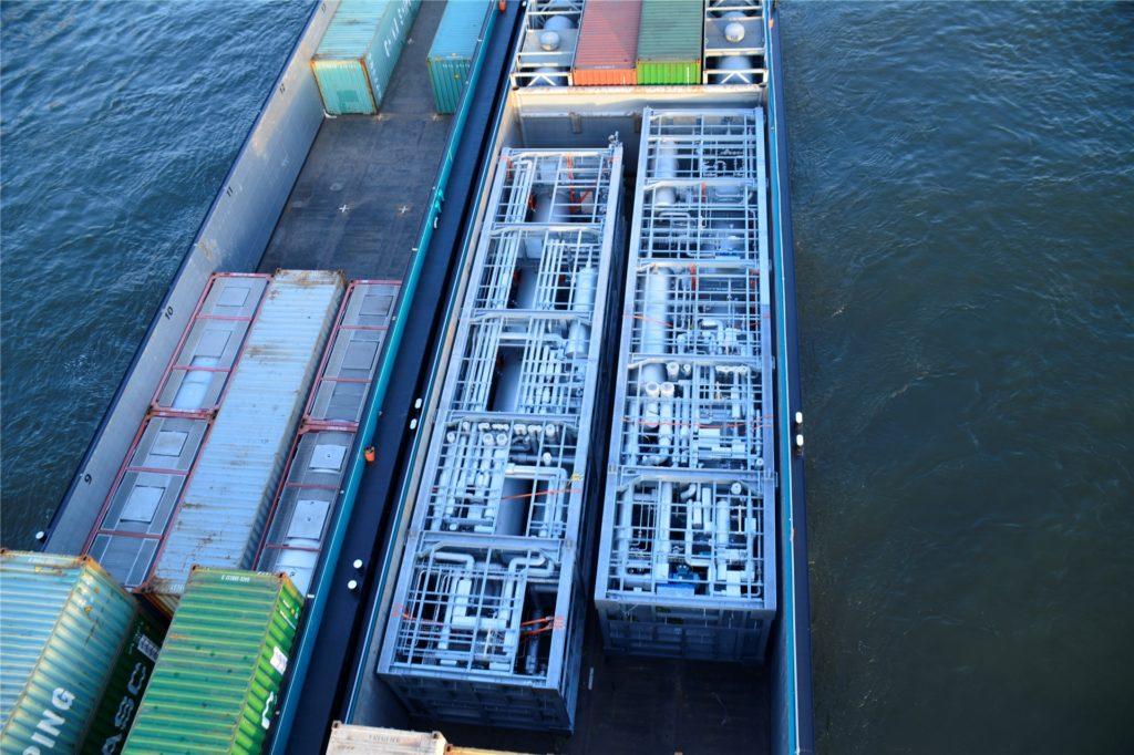 Von der Rheinbrücke in Duisburg aus konnte Betriebsingenieur Peter Prions die Anlagen am Sonntag auf dem Rhein-Frachter sehen - aber erst bei der Durchfahrt.