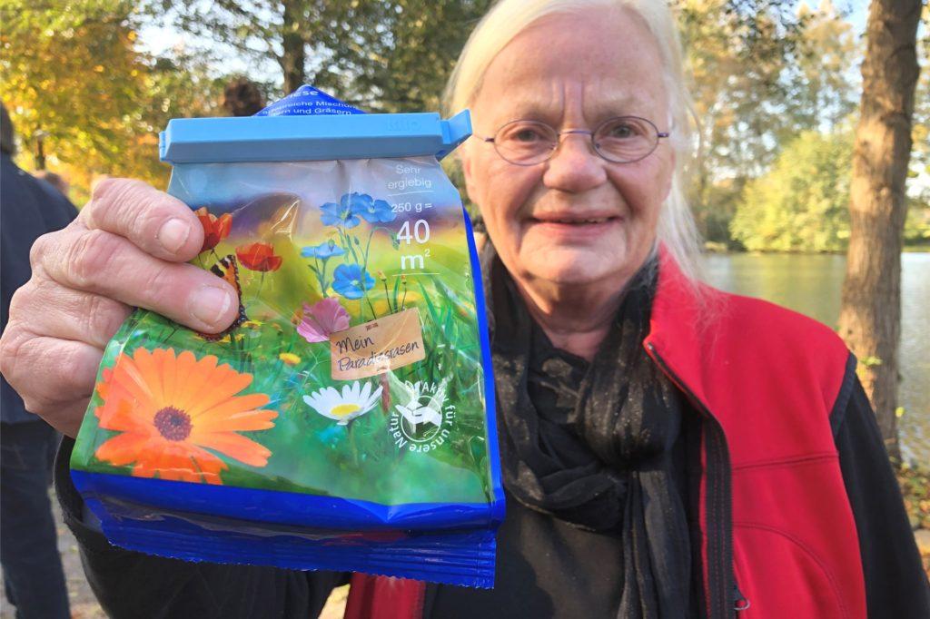 Hildegard Daldrup hat oft Blumenwiesensamen dabei. Und verteilt diesen hier und da in der Gemeinde, wofür sie mit einem Preis ausgezeichnet wurde.