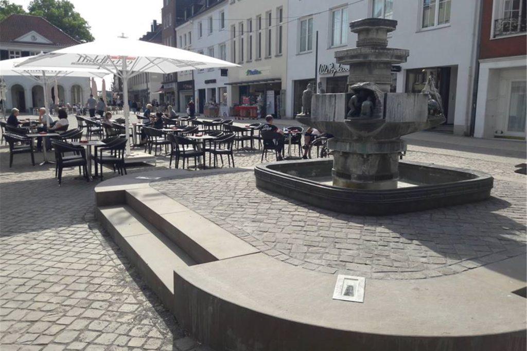 Das Podest des Ständebrunnens auf dem Marktplatz ist inzwischen aufgepflastert.