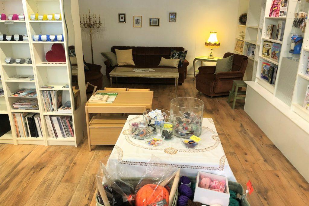 Zum Geschäft gehört eine gemütliche Wohnzimmerecke. Hier sollen nach der Corona-Krise Strick-Kurse und -Treffen stattfinden.