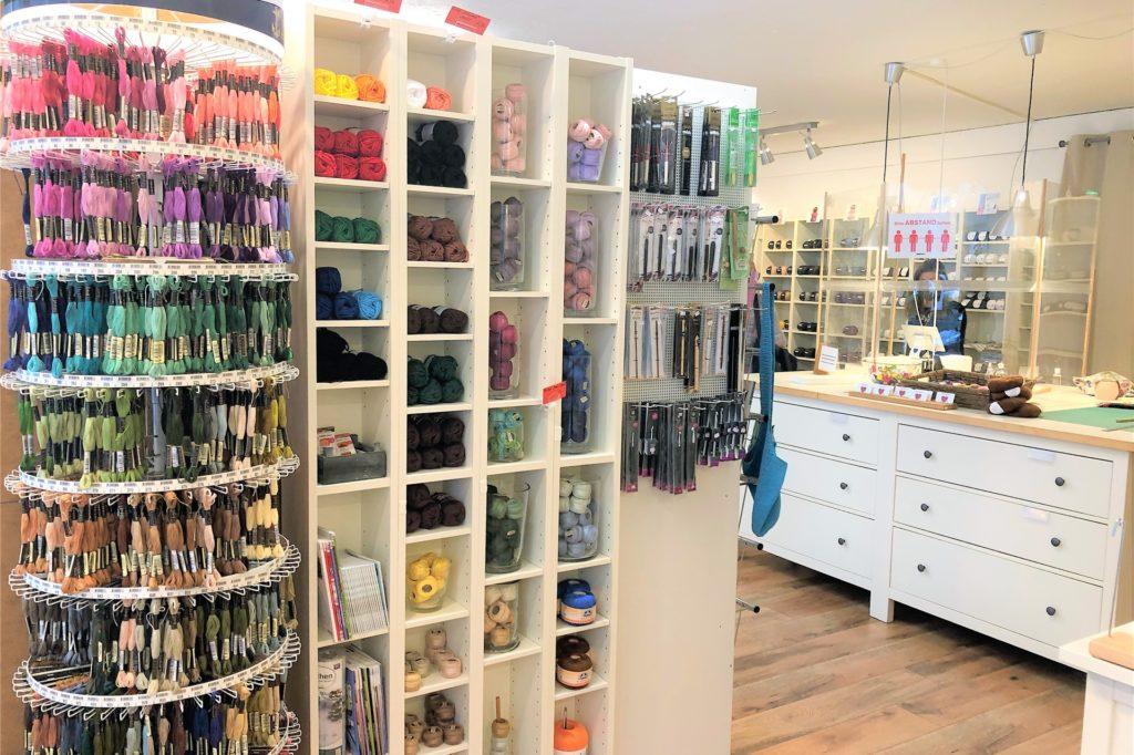 Neben der mulesing-freien Wolle bietet Renja Dropalla auch Stoffe, Knöpfe und Bücher rund ums Stricken an.