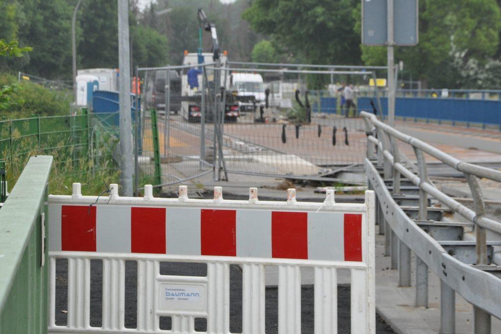 Die nach wie vor gesperrte Hebewerksbrücke am Donnerstag (4.6.). Es wird gearbeitet, von Hochdruck kann aber keine Rede sein.