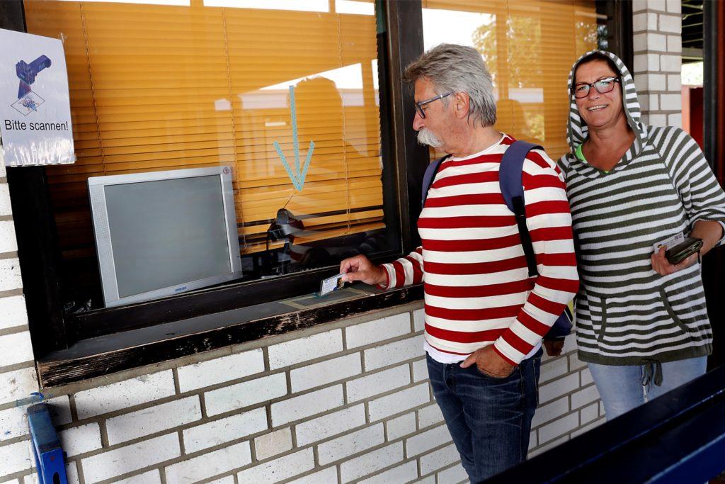 Peter Wegner und Jeanette Gerdes gehörten am Samstag zu den ersten Badegästen. Gegen Mittag scannten sie beim Verlassen des Bads ihre QR-Codes ein.