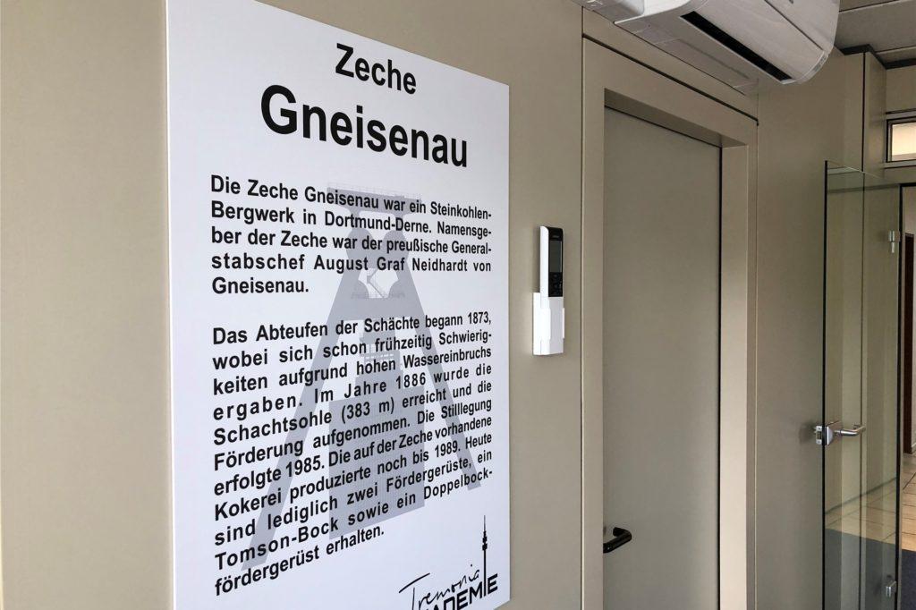 Die Schulungsräume heißen wie ehemalige Dortmunder Zechen. Dazu gibt es kleine Hinweisschilder mit Informationen über diese Bergwerke.