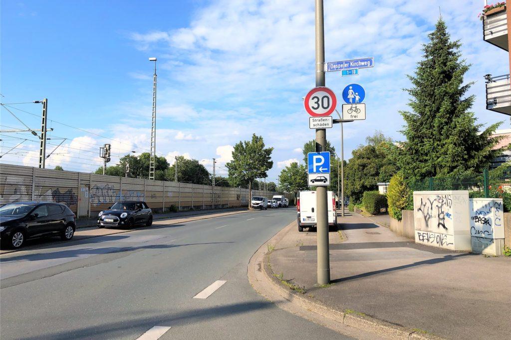 """Wegen Straßenschäden gilt auf der Straße """"Alter Hellweg"""", zwischen Am Kullenberg und Oespeler Kirchweg, Tempo 30."""