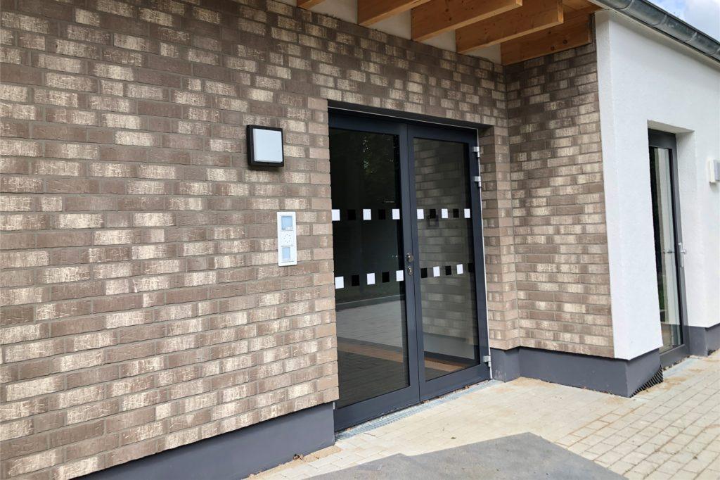 Noch sind die Türen des neuen Kindergartens an der Husener Eichwaldstraße geschlossen. Das wird sich im August ändern.