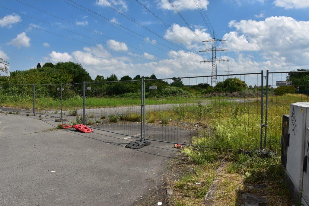 Wo jetzt noch Zäune stehen, soll die Brackeler Straße weitergebaut werden.