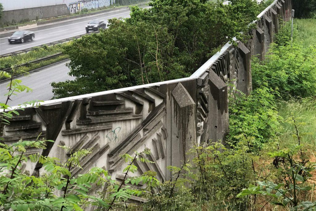 Die Lärmschutzwand von der Horststraße aus betrachtet: Hier ist sie reliefartig gestaltet, aber auch Dutzende Meter von der Emscher entfernt. Nicht geeignet für kunstvolle Graffiti-Sprühereien, zumindest nicht von außen.