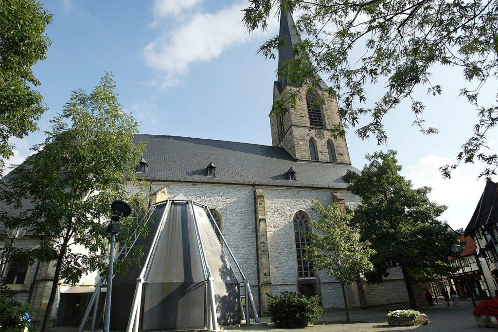 Alt und neu - viele Werner meinen, die moderne Sakristei passe nicht zur alten Kirche. Andere sehen das anders.