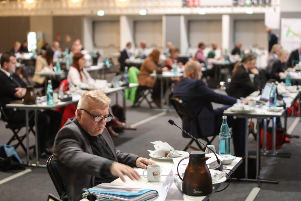 Viel Platz war nötig, denn zwischen den 95 Ratsmitgliedern musste jeweils großer Abstand herrschen.