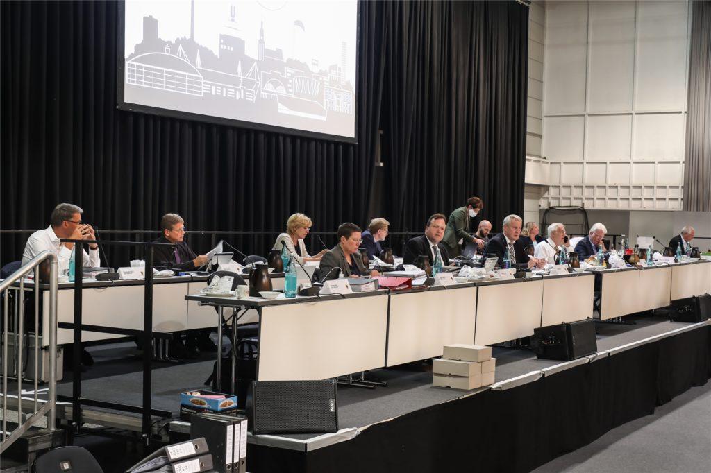Die Verwaltungsspitze saß an zwei breiten Podien. Es wirkte wie das Aufsichtsratspräsidium einer Hauptversammlung.