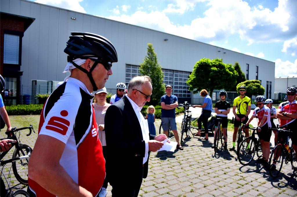 Ludger Gausling, Geschäftsführer des Heeker Unternehmens 2G (2.v.l.), drückte den Radfahrern für eine pannenfreie Tour beide Daumen. Er unterstützt die Aktion mit einer größeren Spende und Know-How aus der Marketingabteilung.