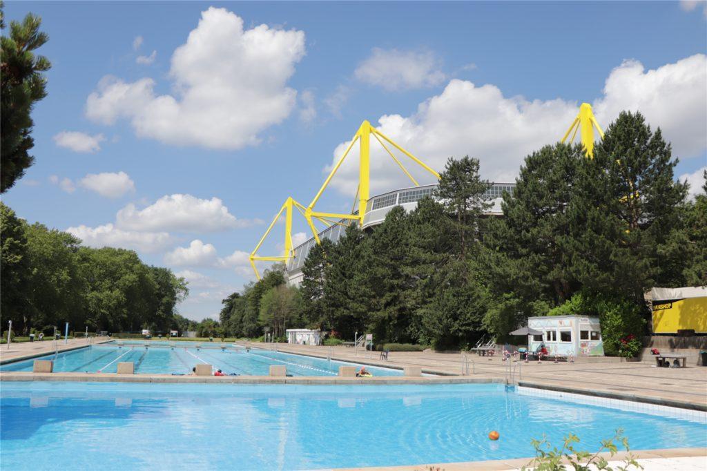 Schwimmen mit ausreichend Sicherheitsabstand: Die ersten Gäste nach der Wiedereröffnung störten sich nicht an den Auflagen.