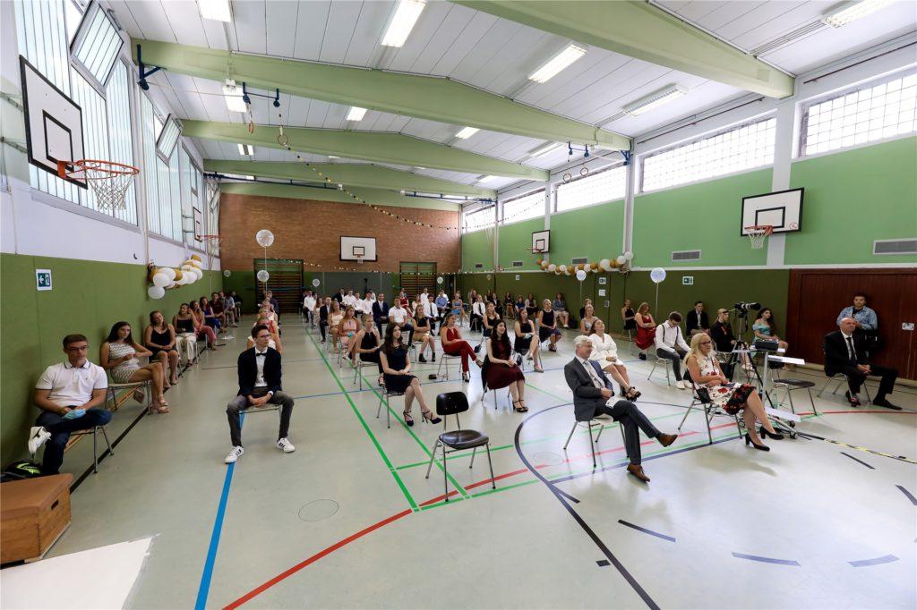 Die Stühle wurden mit genügend Abstand zueinander aufgebaut. Auf ihren Plätzen durften die Abiturienten ihre Masken absetzen.