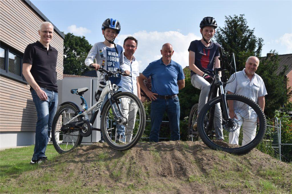 Präsentieren die neue Dirt-Bike-Strecke am Dorfgemeinschaftshaus: (v.l.) Holger Wieger, Luka Wieger, Lothar Steinhoff, Josef Klaas, Mika Wieger und Gereon Stierl.