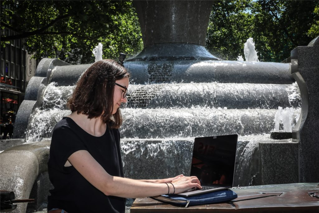 Am Europabrunnen in der City ist man zumindest nicht allein, dafür besteht aber die Gefahr, nassgespritzt zu werden.