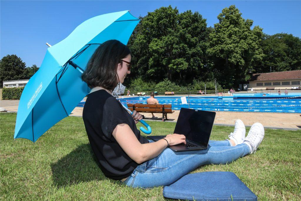 Auf der Liegewiese braucht man schon einen Sonnenschirm - dafür ist die Abkühlung nicht weit.