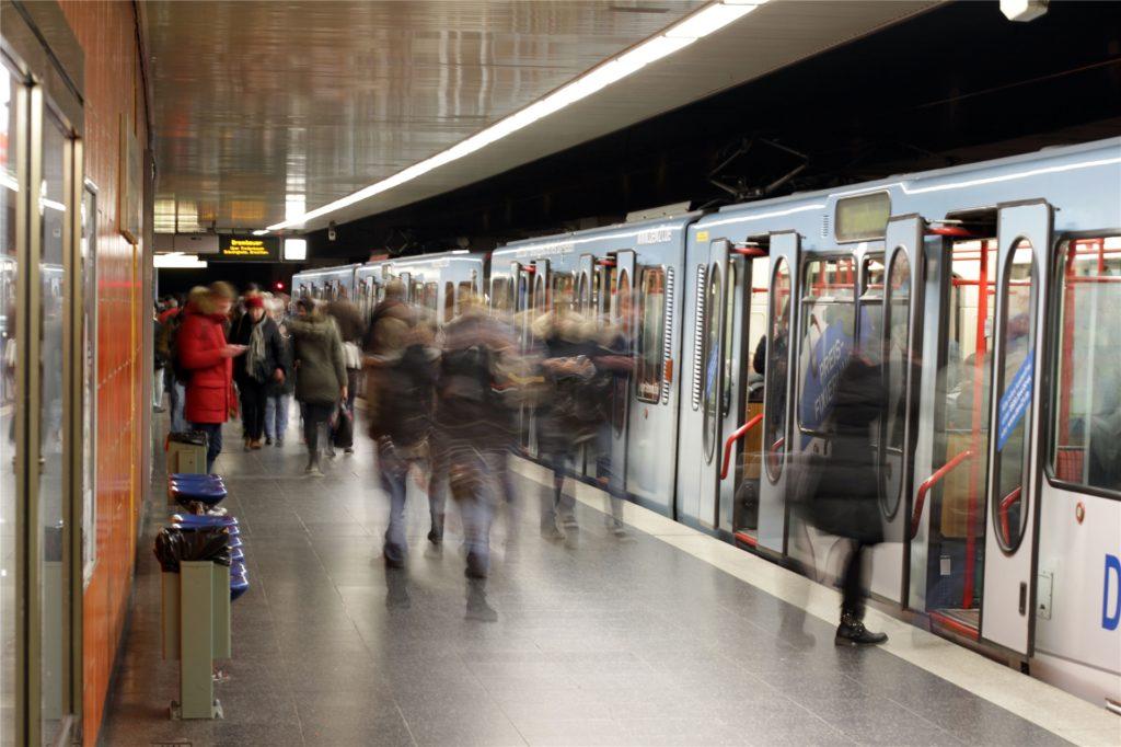 In den unterirdischen Bahnhaltestellen gibt es Sitzplätze bei angenehmer Temperatur.