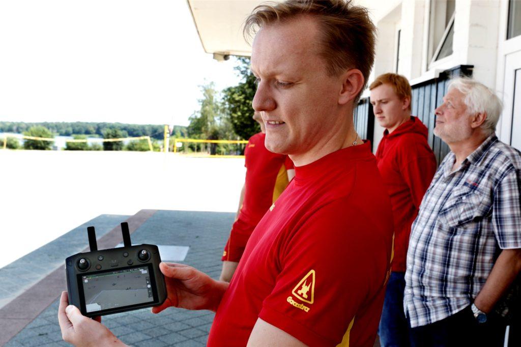 Sebastian Höhnerhaus demonstriert die Drohnen-Steuerung.