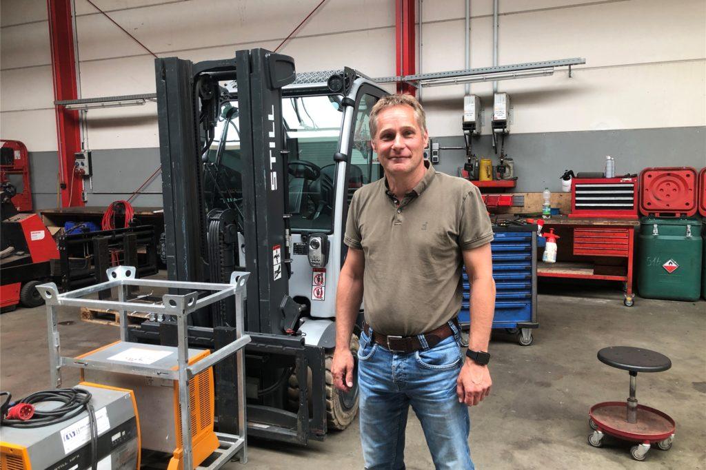 Jörg Hemker in der Werkstatt von Staplertechnik Münsterland in Legden.