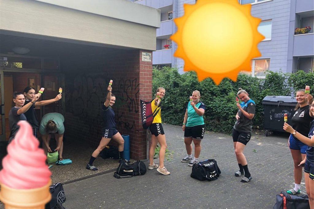 Die Bezirksliga-Handballerinnen des TuS Ickern aßen vor ihrem Training gemeinsam Eis.