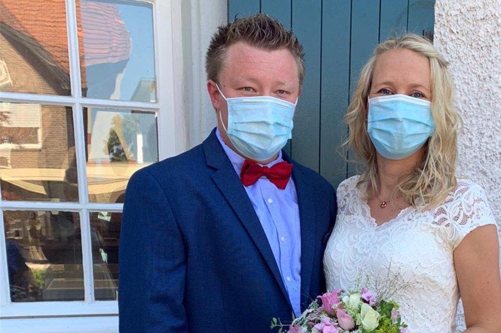 Das Brautpaar musste auch den Mund-Nasen-Schutz aufsetzen.