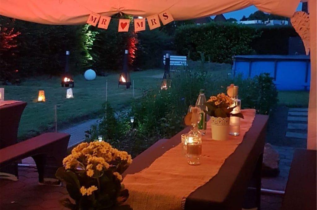 Im Garten feierte das Paar mit Familie und Freunden bis in die Morgenstunden. Den Garten hatte die Schwester von Annika zuvor dekoriert.