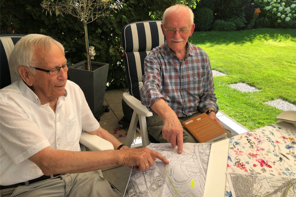 Wilhelm Oenning und Helmut Achterfeld können viel Geschichten über den Ikenkamp erzählen.