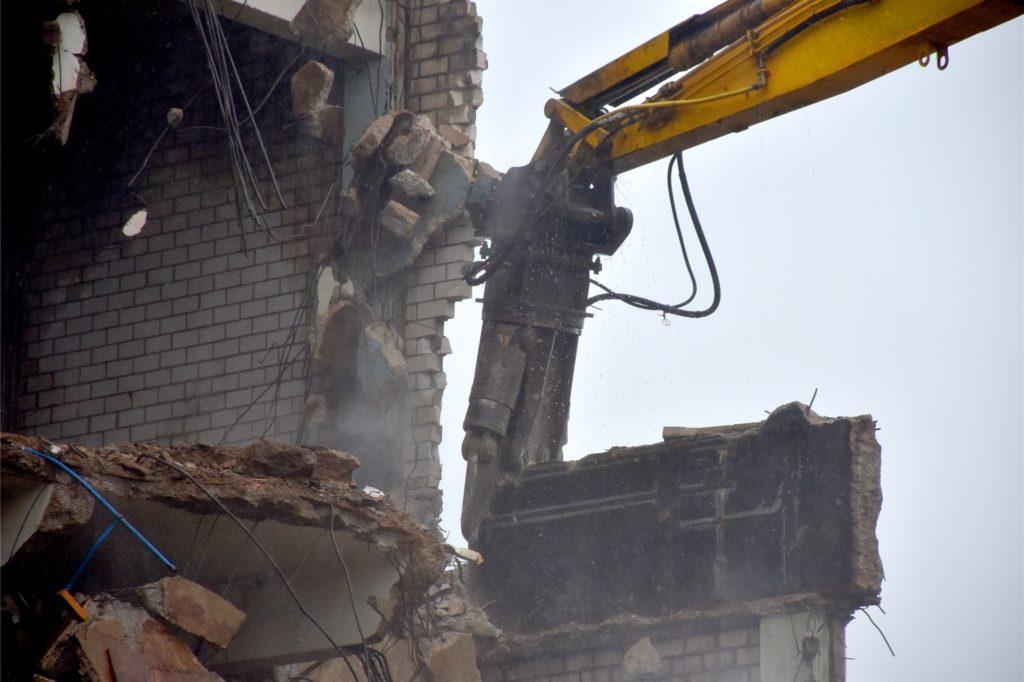 Wo die schwere Hydraulikschere zufasst, gibt es kein Halten mehr: Ob Stahlträger, Mauerwerk oder Betondecke, das ehemalige Bierbaum-Gebäude löst sich in seine Einzelteile auf.