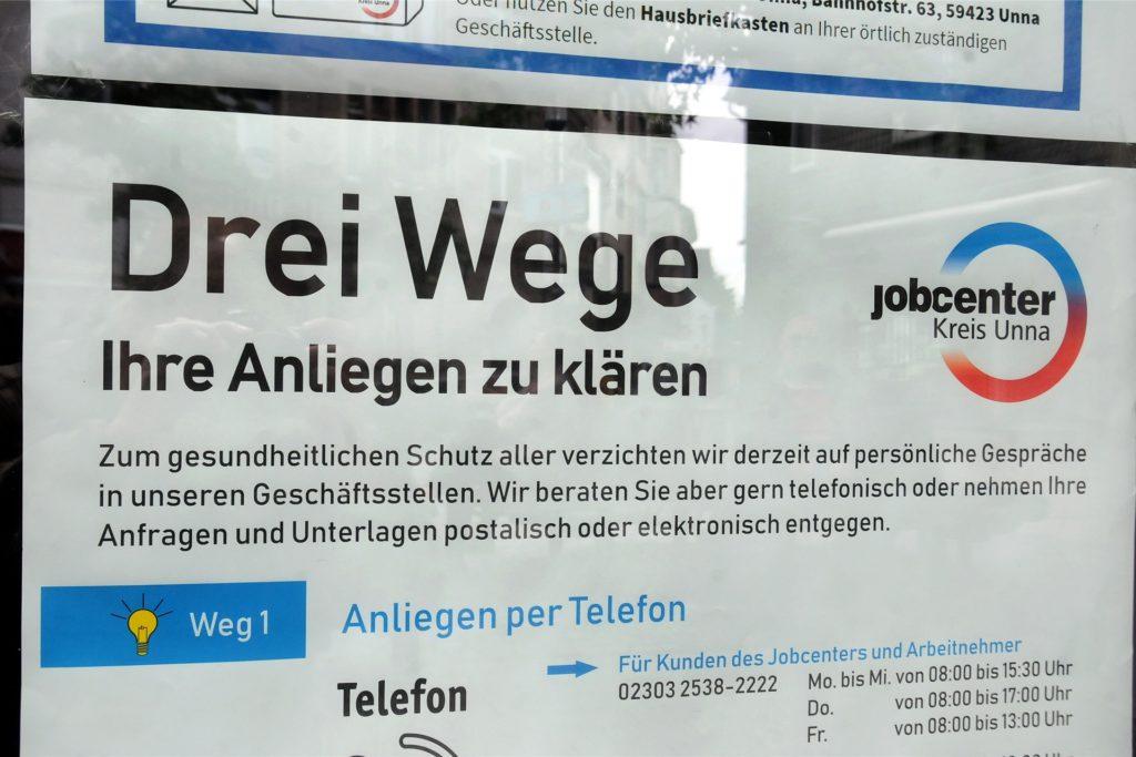 Ein Plakat in der Eingangstür der Arbeitsagentur Schwerte am Cavaplatz weist darauf hin, dass nach der Coronakrise immer noch keine persönlichen Besuche möglich seien. Stattdessen wird auf Telefon, Post und Internet zur Kontaktaufnahme verwiesen.