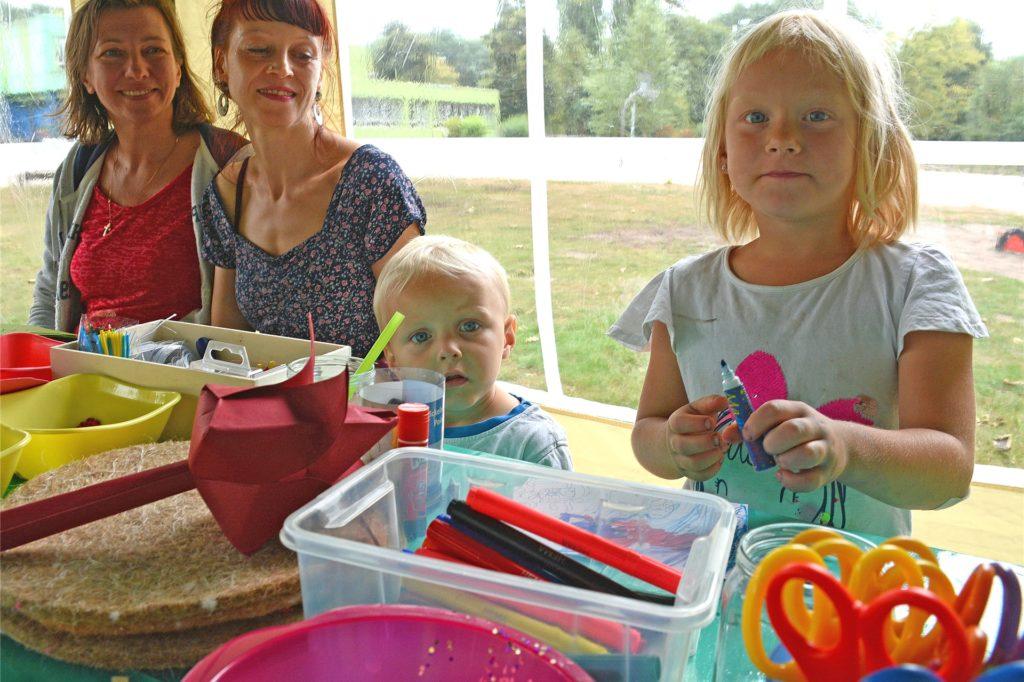 Bastelangebote für die Kinder, Unterhaltung für die Eltern: Olga Bespalov, Britta Neumann, Noel und Amira hatten ihren Spaß bei einem Angebot des KiJuFaZ in Wulfen.