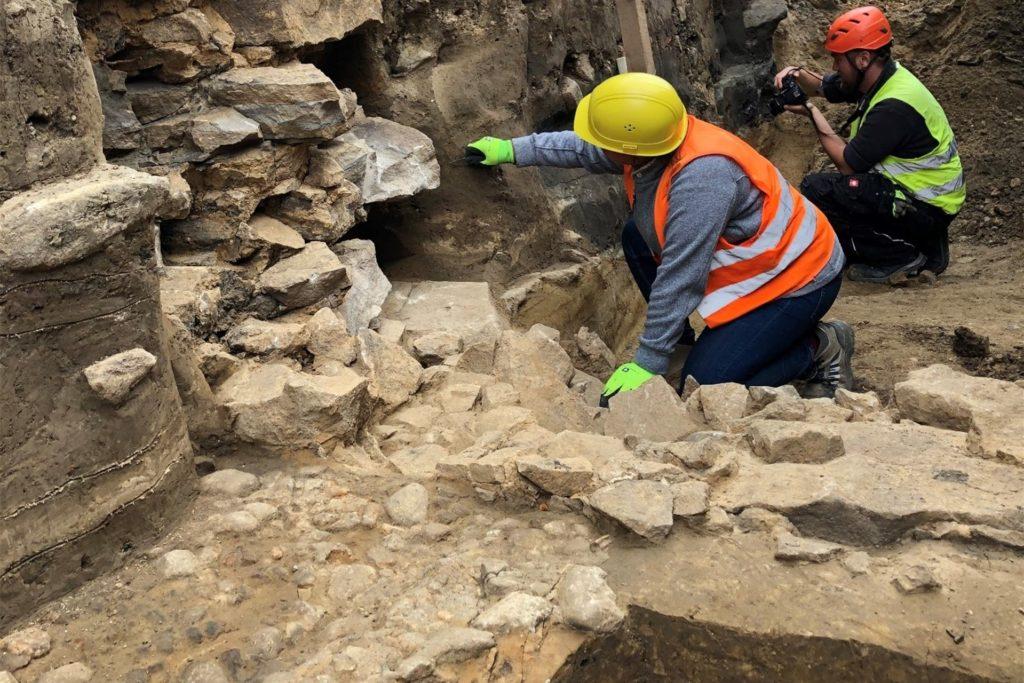 In zwei Metern sind die Archäologen an der alten Ostentor-Mauer im Einsatz. Vorn links ist das alte Hellweg-Pflaster zu erkennen.