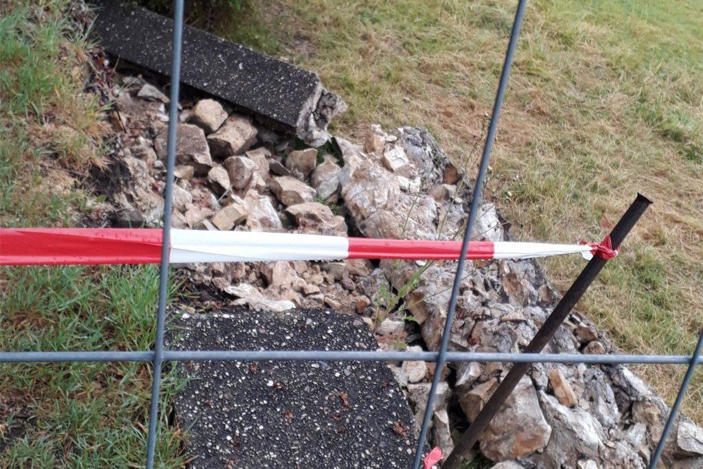 Die gemauerte Stützmauer ist in viele Einzelteile zerbrochen. Jetzt muss der Denkmalschutz entscheiden, in welcher Form die Sanierung erfolgen soll.