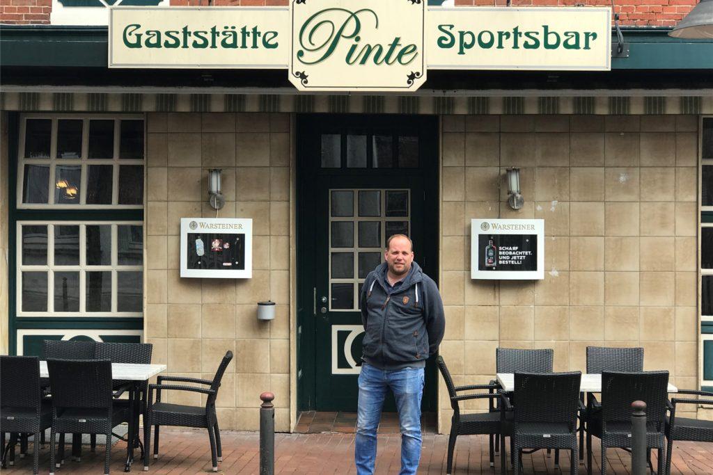 Gastwirt Andre Hörst vor seiner Kneipe in der Kirchstraße in Alstätte. Er hoff, dass sich seine Gäste an die Corona-Bestimmungen halten.