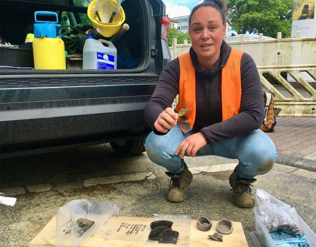 Archäologin Dorothea Csitneki zeigt Fundstücke aus der Grabungsstelle am Ostwall.