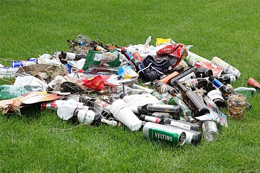 Fast zwei volle Müllsäcke kamen bei der Sammelaktion am Berkelsee zusammen.