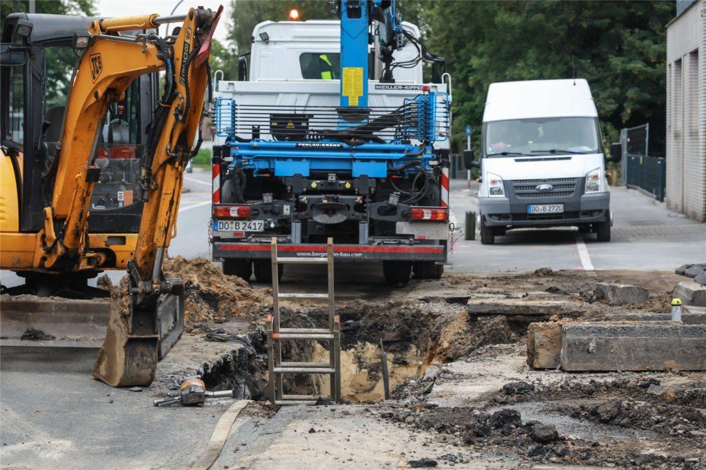 An der Altenderner Straße 46 waren 27 Häuser und ein Altenheim vom Wasserrohrbruch betroffen. Die Reparaturarbeiten dauerten bis in die Abendstunden an.