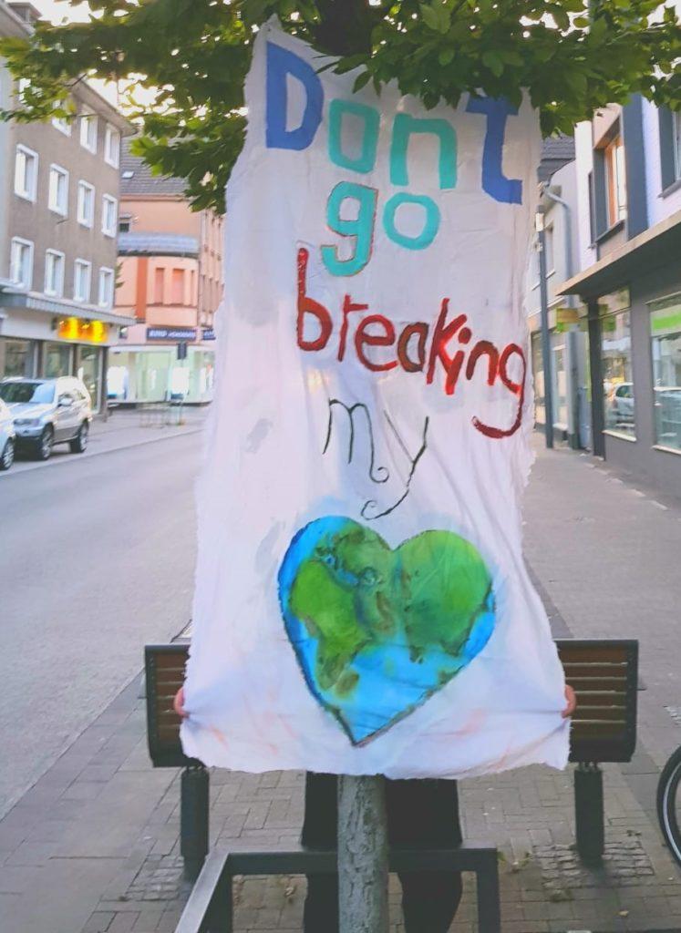 Der Protest auf der Langen Straße manifestierte sich am Freitag vor allem in solchen Transparenten.