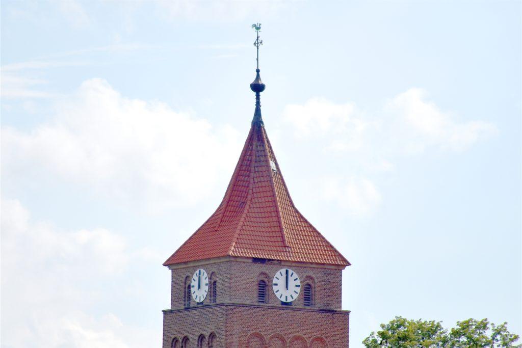 Die Turmuhr tickt noch nicht wieder richtig. Sie ist allerdings nicht beschädigt, sondern muss nur neu eingestellt werden. Das soll in Kürze erledigt werden.