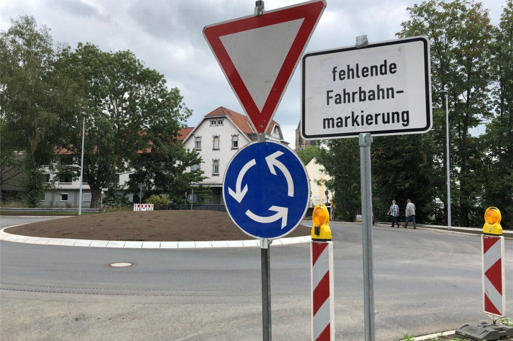 Bis zum Schulbeginn sollen Markierungen und Schilder für den neuen Kreisverkehr fertig sein.
