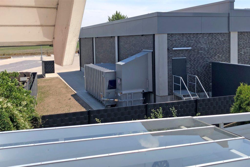 Eine der Lärmquellen vom Balkon der Familie Himmelberg aus gesehen: der Schneckenverdichter für Kartonagen des Aldi-Marktes am Breul.