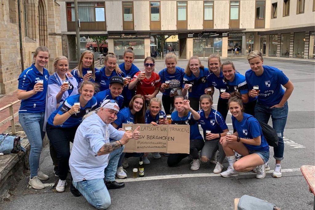 Die Spielerinnen des SV Berghofen feierten den Aufstieg in der Innenstadt. Dieses Foto entstand vor einer bekannten Dortmunder Kneipe.