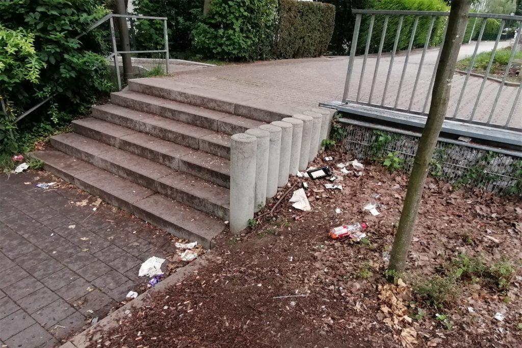 So sieht die Treppe aus, wenn die Personen weg sind. Ihren Müll nehmen sie nicht mit.