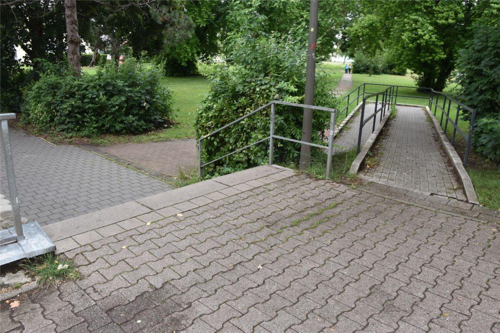 An dieser Rampe und der Treppe versammeln sich fast täglich und stundenlang mehrere Personen, die dort trinken und laut sind. Das berichtet eine Anwohnerin.