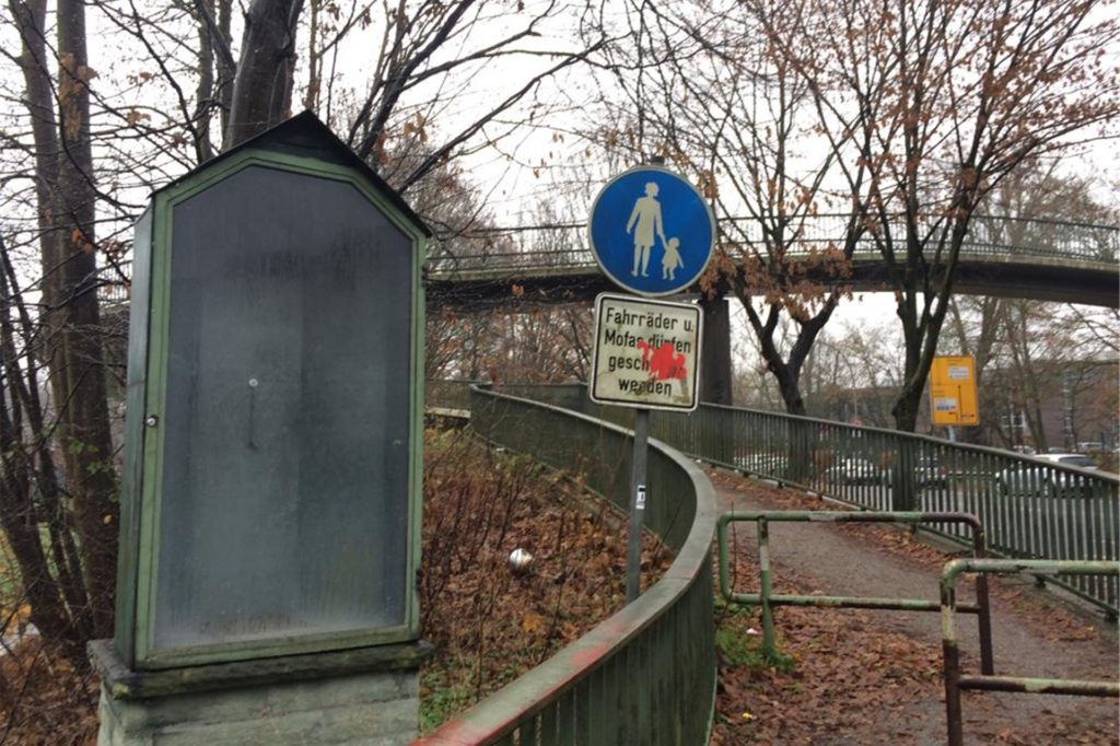 Die Heiligenfigur wurde vor dem Abriss der Fußgängerbrücke an der Münsterstraße in Sicherheit gebracht. Für ein paar Tage stand Nepomuks Schaukasten leer.