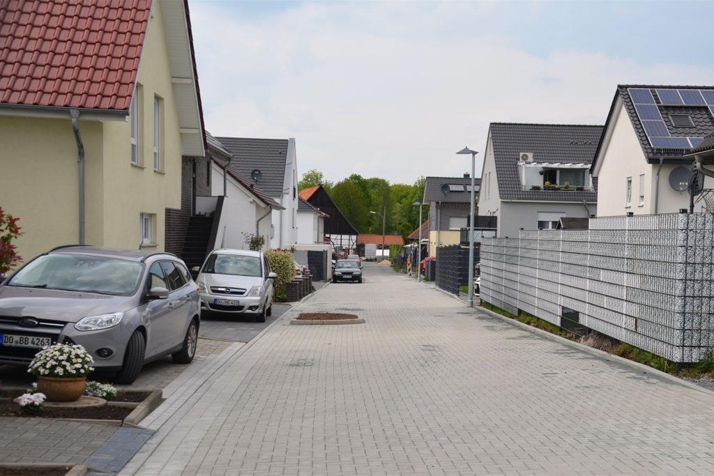 Die Straße Hinter der Wiese ist mittlerweile gepflastert.